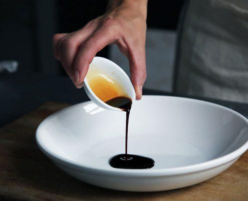 Bild von Sauce, die übers Essen gegossen wird von Jockl Kaiser