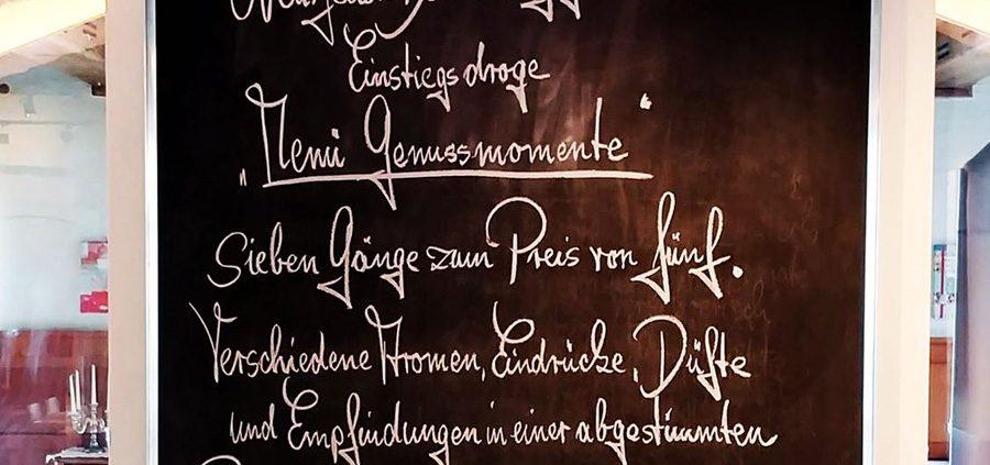 Bild von Kreidetalfel mit Text Gourmetmenü Genussmomente Aktion