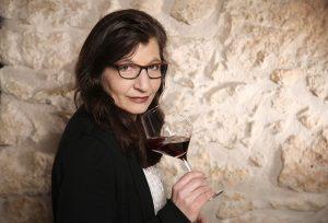 Portrait Evelin Kaiser vor Restaurantwand