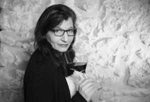 Portrait Evelin Kaiser vor Restaurantwand schwarz-weiß