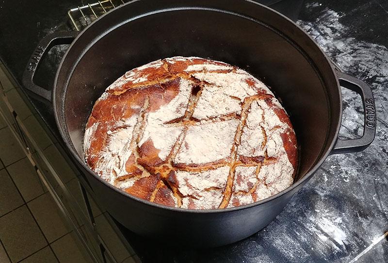 Brot Roggen frisch aus dem Ofen Jockl Kaiser Meyers Keller