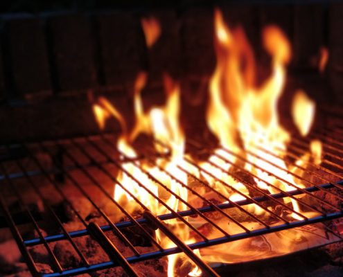 Grill mit Feuer für BBQ EVent bei Jockl Kaiser, Restaurant Meyers Keller