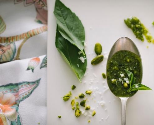Löffel mit Pesto für mediterranen Kochkurs mit Jockl Kaiser