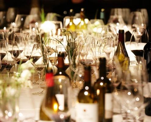 Tisch mit Gläsern Jockl Kaiser Meyers Keller